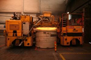 Skladanie panvy s tekutým kovom v odlievarni.
