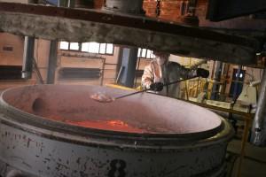 Dočisťovanie tekutého kovu po rafinácii.