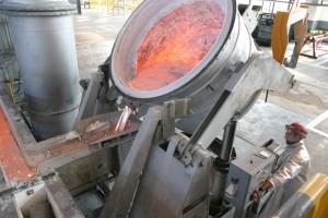 Nalievanie kovu dovezeného z elektrolýzy do odlievacej pece.